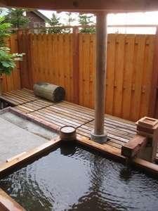 源泉かけ流しの離れにある貸切露天風呂