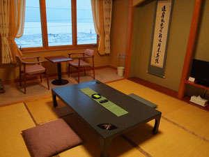 オホーツク海が目の前で窓から眺める事が出来る落ち着きある和室
