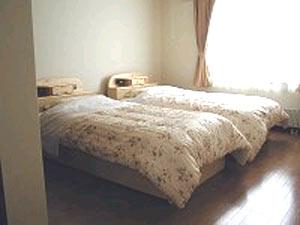 ベッドで疲れを癒すことができる洋室